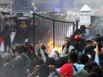 ribuan-mahasiswa-dan-pelajar-menggelar-unjuk-rasa-di-depan-gedung-dprd-jabar.jpg