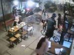 rombongan-pesepeda-memaksa-masuk-kafe-sambil-naik-sepeda-brompton.jpg