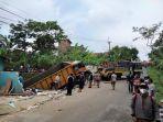sebuah-mobil-truk-tronton-bernopol-e-9334-c-menghantam-bangunan-rumahhh.jpg