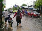 sejumlah-pengendara-nekat-menerobos-banjir-di-jalan-di-panjaitan-indramayu2.jpg
