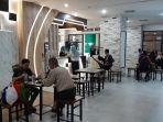 sejumlah-pengunjung-saat-menikmati-kuliner-foodcourt.jpg