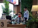 sejumlah-petugas-pelayanan-pembuatan-paspor-mengenakan-masker.jpg