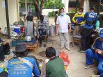 sejumlah-petugas-saat-menyiapkan-makanan-di-dapur-umum-dspppa-kota-cirebon.jpg
