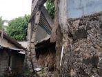 sisi-tembok-pt-khong-guan-yang-roboh-dan-belum-diperbaiki.jpg