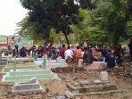 suasana-pemakaman-ibnu-azis-17-korban-kebakaran-kilang-minyak-pertamina-ru-vi-balongan-indramayu.jpg