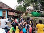 suasana-warga-desa-kawungsari-kecamatan-cibeureum-kuningan-saat-sawer-atas-motor-baru1.jpg