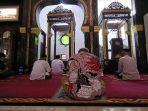 sudah-tiga-minggu-masjid-agung-indramayu-tak-gelar-salat-jumat-diganti-salat-zuhur-berjamaah.jpg