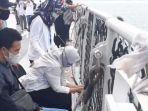 tangis-pilu-keluarga-kapten-afwan-saat-tabur-bunga-di-tengah-lautan-jasad-pilot-tak-ditemukan.jpg