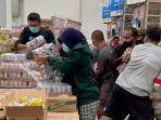 tangkapan-layar-video-saat-sejumlah-pembeli-berebut-tumpukan-susu-beruang-di-supermarkett.jpg