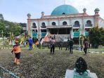 tim-gabungan-pemkab-corebon-semprotkan-disinfektan-di-masjid.jpg