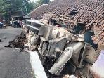 truk-molen-yang-mengangkut-matrial-adukan-cor-beton-terguling-2.jpg