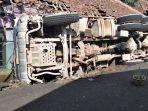 truk-molen-yang-mengangkut-matrial-adukan-cor-beton-terguling.jpg