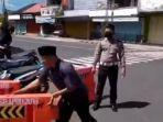 tukijo-bongkar-watter-barrier-di-jalan-ahmad-yani-kabupaten-wonosobo.jpg