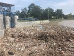 tumpukan-sampah-di-pintu-air-di-desa-bojongsari-indramayu-712021.jpg