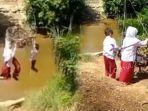 viral-3-bocah-sd-menantang-maut-bergelantungan-menyebrangi-sungaii.jpg