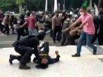viral-polisi-banting-mahasiswa-hingga-kejang-kejang-dan-pingsan-saat-demo-di-kantor-bupati-tangerang.jpg