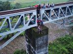wanita-paruh-baya-ditemukan-tewas-di-jembatan-rel-kereta-api-gunakan-baju-bertuliskan-persib-is-back.jpg