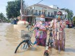 warga-berenang-di-tengah-banjir-indramayu.jpg