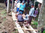 warga-desa-cipedes-kecamatan-ciniru-kuningan-bangun-jembatan-menggunakan-batang-pohon2.jpg