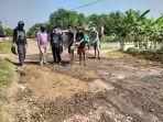warga-desa-tinumpuk-saat-bergotong-royong-memperbaiki-jalan-provinsi-setempat-yang-rusak12.jpg