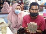 warga-garut-penjual-agar-agar-menerima-donasi.jpg