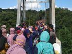 warga-membeludak-ingin-selfie-di-jembatan-gantung-penghubung2.jpg
