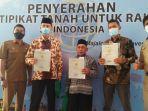 warga-menerima-sertifikat-yang-dibagikan-pemkab-majalengka-senin-91120201.jpg
