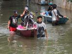 warga-naik-perahu-saat-dayeuhkolot-banjir.jpg