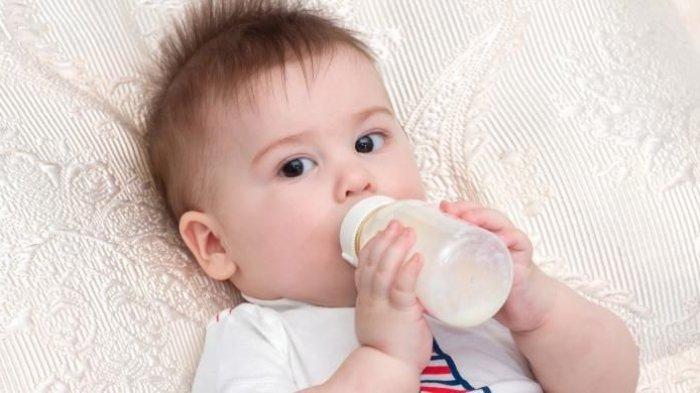 ilustrasi anak sedang minum susu pada botol