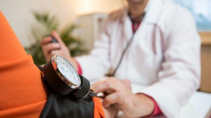 Ilustrasi pemeriksaan sebelum divaksinasi COVID-19, Dr. Mursyid Bustami,Sp.S, KIC mengatakan jika tim dokter akan melakukan pemeriksaan