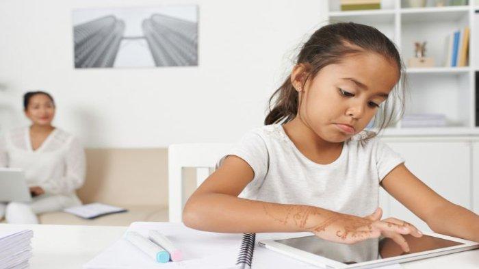 Ilustrasi - Anak sedang bermain gadget