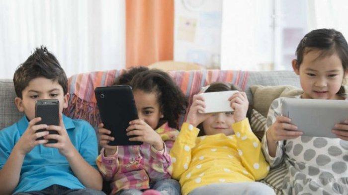 Ilustrasi - anak-anak sedang bermain gadget bersama-sama