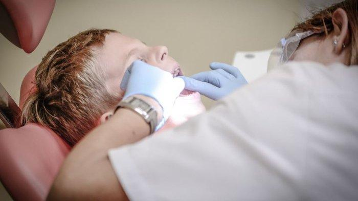 ilustrasi dokter sedang melakukan restorasi gigi