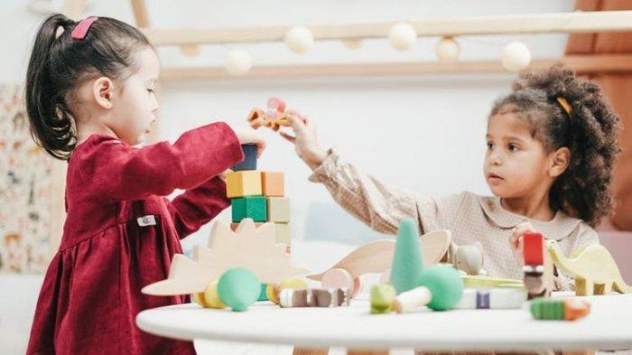 ilustrasi anak bermain disuai golden age