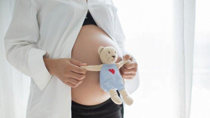Ilustrasi ibu hamil yang sedang berusaha berinteraksi dengan janin