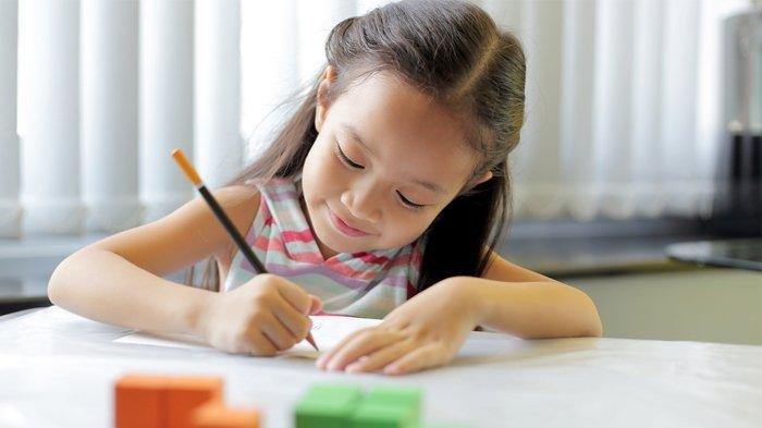 Ilustrasi anak yang sedang berekplorasi dengan menggambar