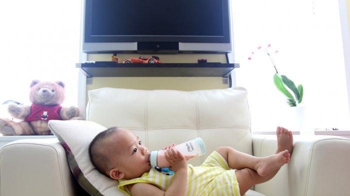 Ilustrasi bayi minum susu formula