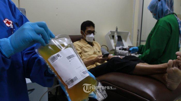 ILUSTRASI Covid-19 -- FOTO: Pendonor plasma konvalesen menunggu hasil cek darah milik pasien sembuh COVID-19 di Unit Donor Darah (UDD) PMI DKI , Jalan Kramat Raya, Jakarta Pusat, Rabu (23/6/2021).