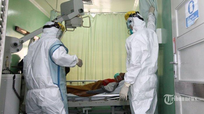 Ilustrasi Covid-19 - FOTO: Tenaga medis melakukan simulasi alur masuk pasien Covid-19 di Rumah Sakit Hasan Sadikin (RSHS), Jalan Pasteur, Kota Bandung, Jawa Barat, Jumat (6/3/2020). Simulasi dari mulai pasien terduga Covid-19 datang ke RSHS, diperiksa di ruang Isolasi IGD, hingga dibawa ke Ruang Khusus Isolasi Kemuning tersebut, dilakukan untuk melatih kesiapan tenaga hingga sarana medis dalam menangani dan merawat pasien terduga virus corona yang masuk ke RSHS Bandung.