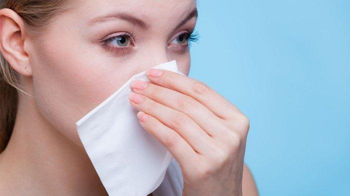 Ilustrasi hidung seorang wanita yang mengalami mimisan