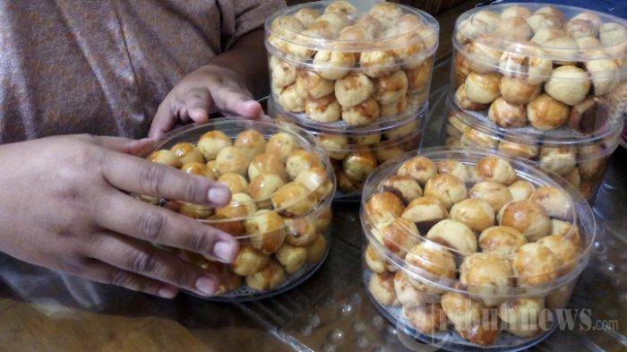 ILUSTRASI Kue Lebaran - Bisnis kue lebaran milik Ny Yuli di kawasan Tambora, Jakarta Barat, mulai ramai menerima pesanan, Sabtu (17/4/2021). Kue lebaran jenis kue kering seperti nastar, kue salju, kastengel, banyak.diminati.karena harganya murah meriah.