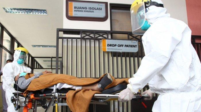 ILUSTRASI Orang terpapar virus corona atau Covid-19 ---- FOTO: Tenaga medis melakukan simulasi alur masuk pasien Covid-19 di Rumah Sakit Hasan Sadikin (RSHS), Jalan Pasteur, Kota Bandung, Jawa Barat, Jumat (6/3/2020). Simulasi dari mulai pasien terduga Covid-19 datang ke RSHS, diperiksa di ruang Isolasi IGD, hingga dibawa ke Ruang Khusus Isolasi Kemuning tersebut, dilakukan untuk melatih kesiapan tenaga hingga sarana medis dalam menangani dan merawat pasien terduga virus corona yang masuk ke RSHS Bandung.