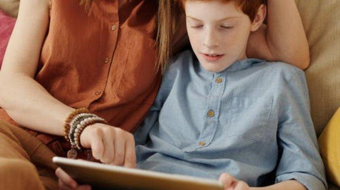 Ilustrasi orangtua mendampingi anaknya bermain gadget