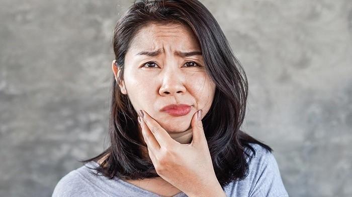 Ilustrasi pasien bells palsy yang mengalami kelumpuhan sebagian wajah