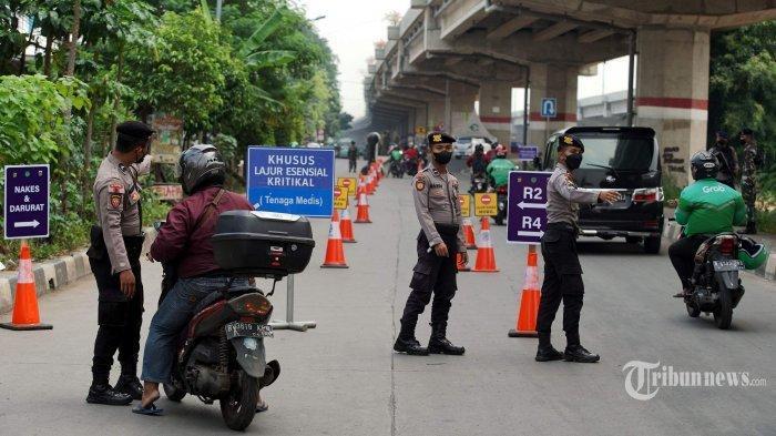 Ilustrasi pembatasan mobilitas - Penyekatan mobilisasi masyarakat PPKM Darurat di Jalan Lampiri, Jakarta Timur, Rabu (7/7/2021). PPKM Darurat di 15 kabupaten/kota di luar Pulau Jawa dan Bali pada 12-20 Juli 2021.
