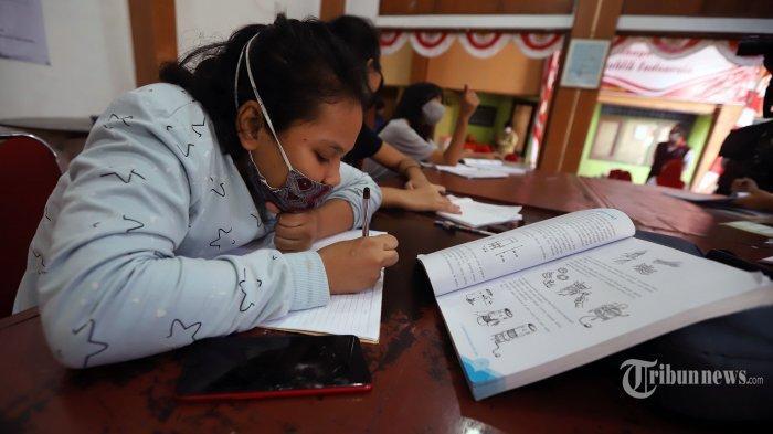 Ilustrasi pembelajaran jarak jauh --- Siswa menggunakan fasilitas WiFi gratis saat mengikuti kegiatan pembelajaran jarak jauh di Balai Warga Kelurahan Kuningan Barat, Mampang Prapatan, Jakarta Selatan, Kamis (27/8/2020). Kelurahan Kuningan Barat menyediakan fasilitas jaringan internet atau WiFi gratis yang dapat digunakan pelajar guna meringankan beban orang tua murid terkait kebutuhan kuota internet untuk pembelajaran jarak jauh di tengah pandemi Covid-19.