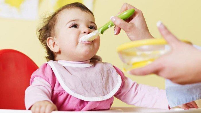 Ilustrasi pemberian MPASI pada bayi