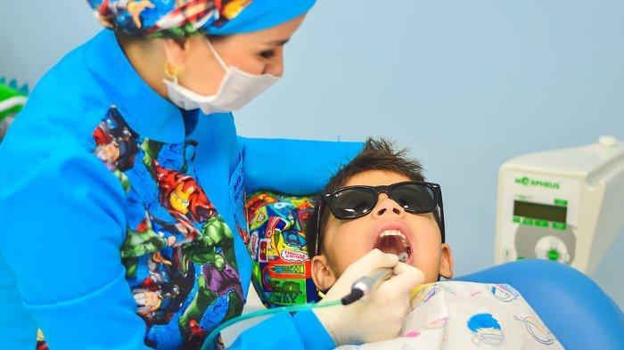 Ilustrasi pemeriksaan gigi pada anak.