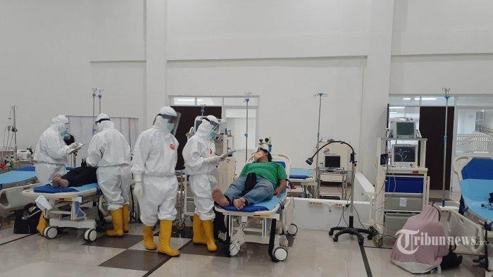 ILUSTRASI PERAWATAN COVID-19 --- Petugas medis memberikan penanganan epada pasien di RS Darurat Wisma Atlet, Kemayoran, Jakarta, Jumat (1/5/2020). Wisma Atlet Kemayoran telah dialihfungsikan menjadi RS Darurat Covid-19, setelah pandemi Virus Corona mendera Indonesia.