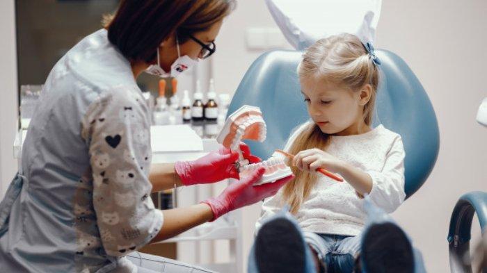 Ilustrasi seorang anak memeriksakan gigi ke dokter gigi.